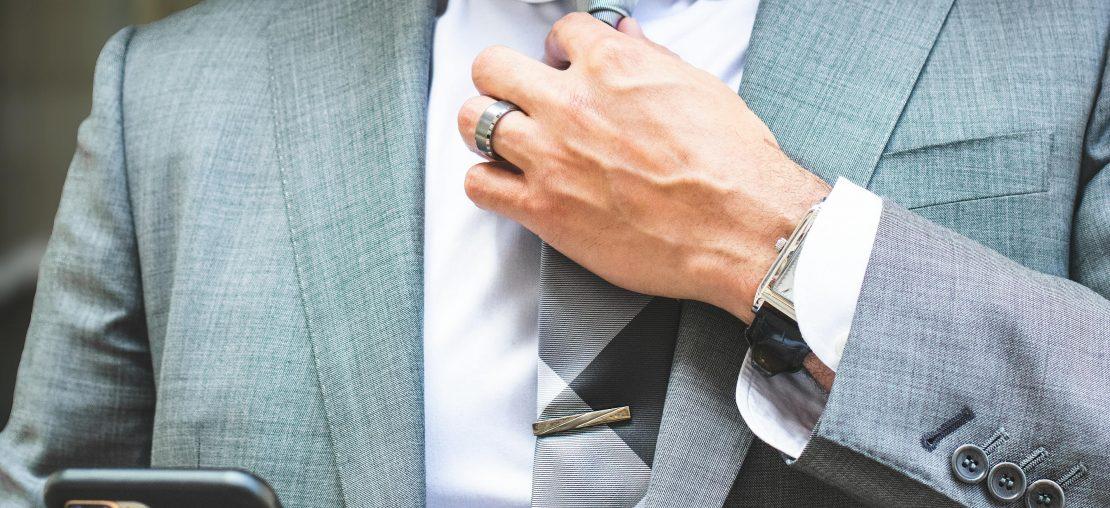 Como usar prendedor de gravata